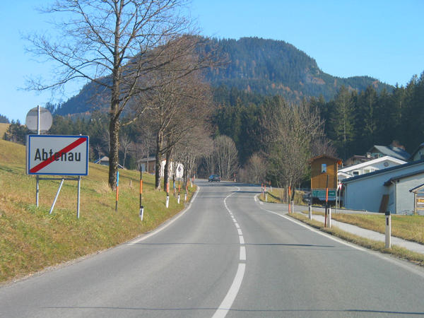 Winter sport Salzburg Dachstein West:  Abtenau 20.6 kms after the highway exit: They drive through by the whole place Abtenau. From the shield '' local end Abtenau '' there are still 2 kms to the branching out Russbach -  Annaberg.