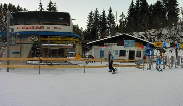 Winter sport Salzburg Dachstein West:  Astauwinkel lift Even near in  Annaberg than the Rauhenbach parking lot one gets about the chairlift  Astauwinkelbahn.