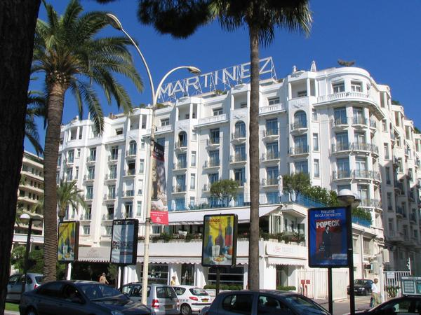 Hotel Martinez Cannes Photos of hotels directly on the beach of Cannes in immediate nearness to the film festival palace: Hotel Martinez Cannes