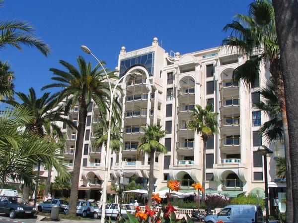 Relais de la Reine Cannes A sounding name, a luxuriously formed facade who would not hold this at first sight for a five-star hotel? Mistake, it concerns a private residential building.