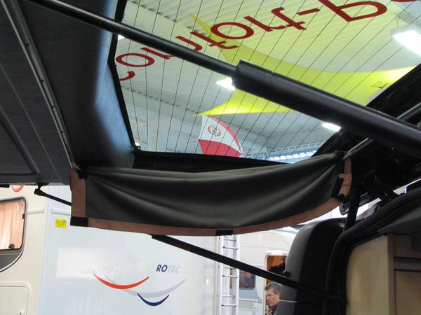 Renault Trafic Campingbuses: Curtain tailgate The curtains in the tailgate are fastened by rails on top and below, so that these raises with the tailgate upwards.
