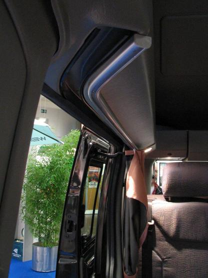 Renault Trafic Campingbus: curtain sliding door Parallel to the sliding door the curtain rail is integrated. Good processing in all controlled details.