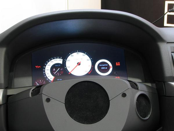 Car dashboard design According to mood arbitrarily changeable because all is only one a flat screen. Here the stylized right round instrument shows instructions for the navigation.