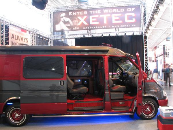 Ford Transit with big bed Xetec has thought a step farther as other exhibitors of sound-mobiles. Better a little bit less loudspeakers and a little bit more to make something out of the