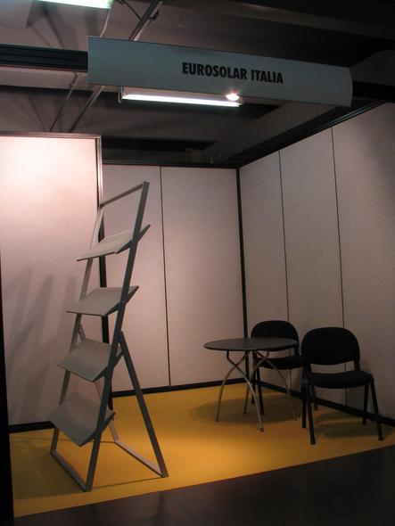 Eurosolar Italy By absolute minimalism struck the exhibition stand Eurosolar Italy. A table and 2 chairs without booth staff, a stand for advertising material without advertising material.