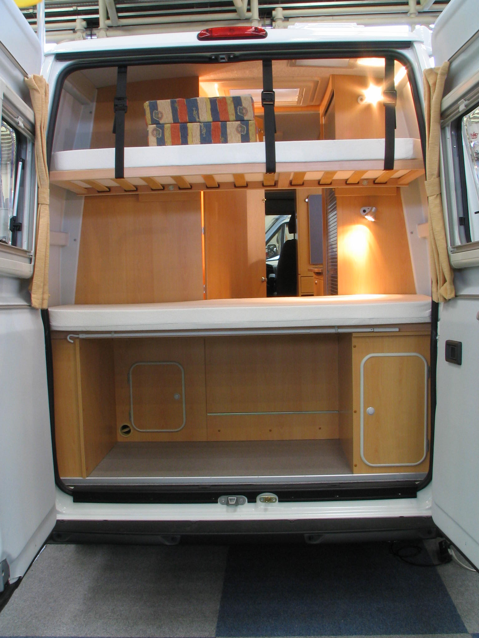 Fiat ducato campingausbau mit stockbetten for Interieur fiat ducato 2000