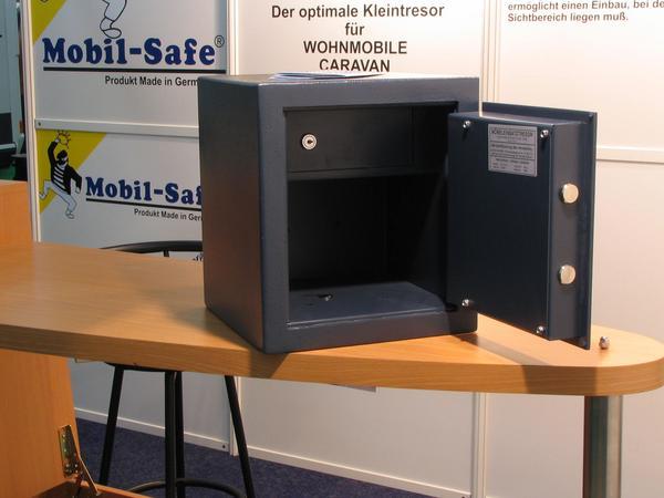 Caja fuerte para armas Las armas que tienen licencia hay que gardarlas en una caja fuerte para la seguridad, apartadas de la posibilidad del uso indebido. Esta pesa 25 kg.