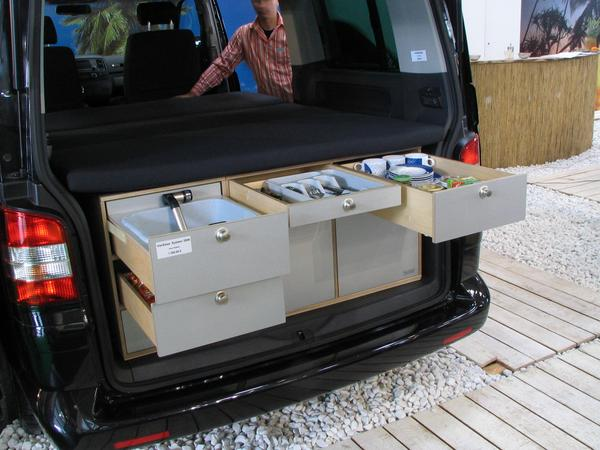 VW camper rinsing and dishes In the upper row of drawers is the rinsinig and the dishes. On the left is a flap with which the drawer is secured against unintentional slide in.