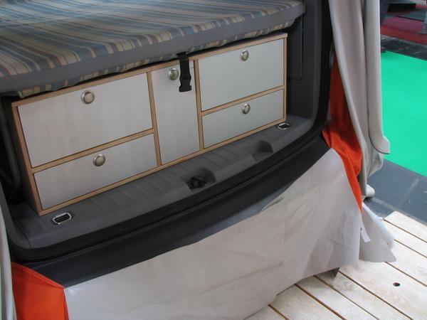 VW Caddy butacarie Descizand usa din spate a acestui VW Caddy, gasim o bucatarie ambulanta suficienta sa poata gati chiar si unul mai pretentios.