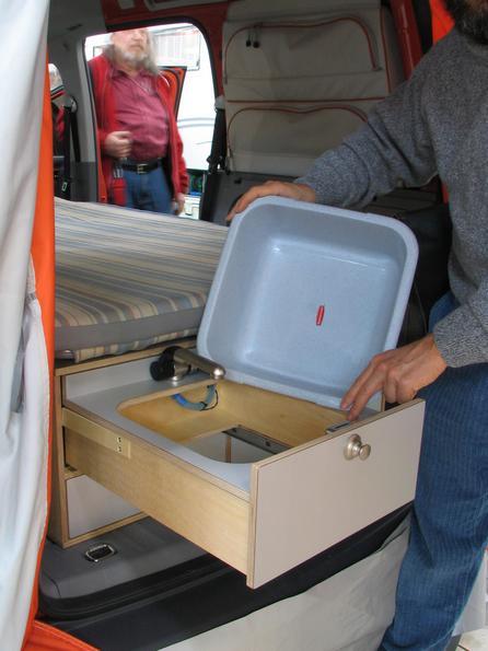 VW Caddy camping bucatarie Ligheanul de spalat se poate scoate cu usurinta, si se poate spala mai bine in alta parte.