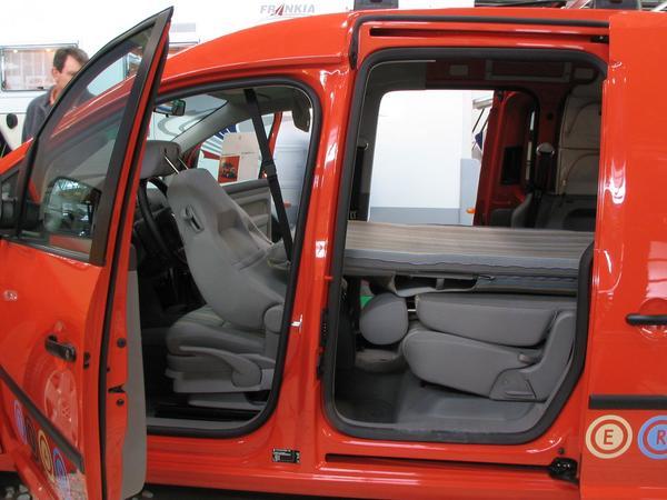 VW Caddy Camping Volkswagen Caddy, disenado para una campada. Tiene la longitud necesaria para dormir, y el espacio se consigue al doblar los asientos que son plegables.