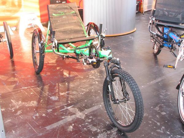 Una bici hecha para invierno Es peligroso conducir por hielo , nieve o lluvia con solo 2 ruedas, por eso que paseando en un triciclo como este es la mejor manera de estar relajado/a y circular sin riesgo.