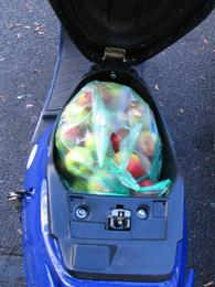Schrannen market Salzburg First time I test at the weekly market Schranne how much purchase can be transported with an electric scooter. 6 kf apples in the luggage boot below the seat. Picture 2