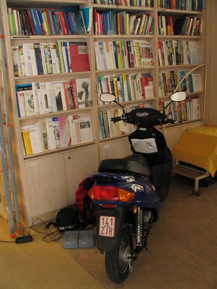 This scooter is house trained Recharging for the test drives. First are some reservations in the Robert Jungk library because of the floor. But at last, I am able to convince: