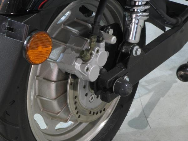 Model A rear disk brakes Compared to the rear drum brake at the E-Max S is here a hydraulic disc brake. Good at a vehicle with so much weight on the rear axle.