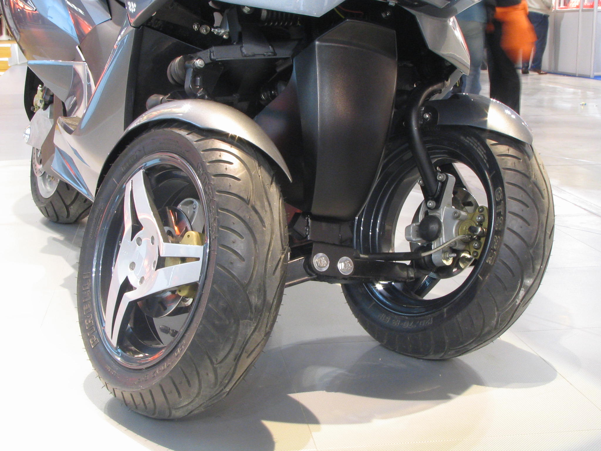 2 front wheels motorcycle