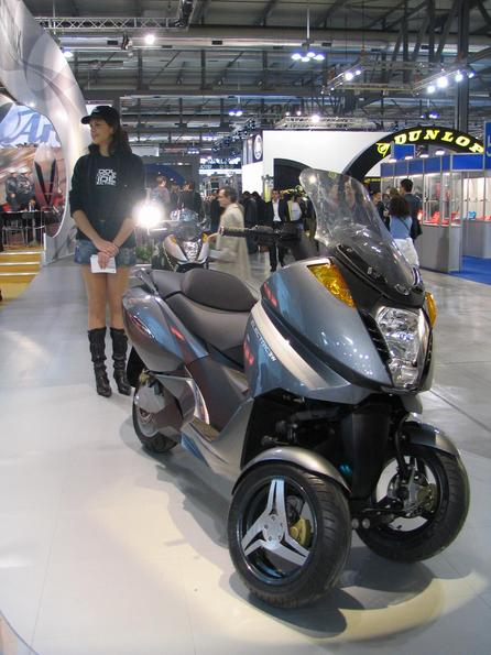 Maxi scooter with double front wheel The Vectrix is also available with double front wheel as a 3 wheel motorcycle.