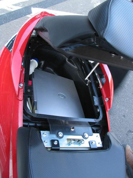 Rear box suitable for a notebook The Vectrix has the largest rear box of all inspected scooters. It was not possible to put my Acer Travelmate 800 in any other rear box.