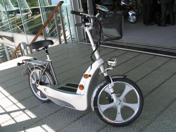 Ciclomotor electrico para una persona Este vehiculo de 2 ruedas pesa 58 kg y lleva baterias con plomo. Alcanza 25 km/h y 40 km.
