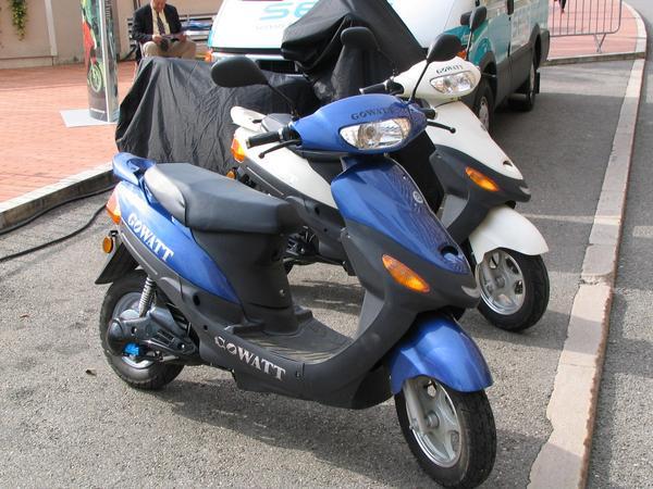 Un scooter foarte ieftin Firma GoWatt scoate la vanzare scootere electrice la pretul de doar 1200 €. Acestea consuma doar 4 kwh in loc de 4 litri de benzina, si in plus scutesti banii de ulei. Un pret prin care devine mai dorit decat zgomotosul si poluantul scooter cu benzina.