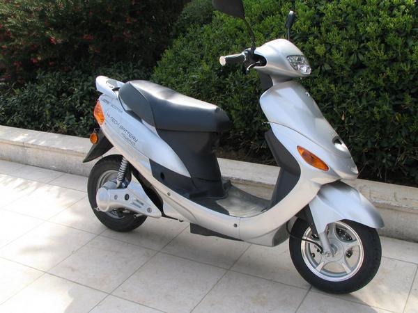 Electric scooter cu batterii de litiu In loc de o baterie de 2 kwh si 60 kg se poate folosi una de litiu, de 3 kwh care este mult mai usoara , iti permite o accelerare mai rapida si tine pana la 100 km