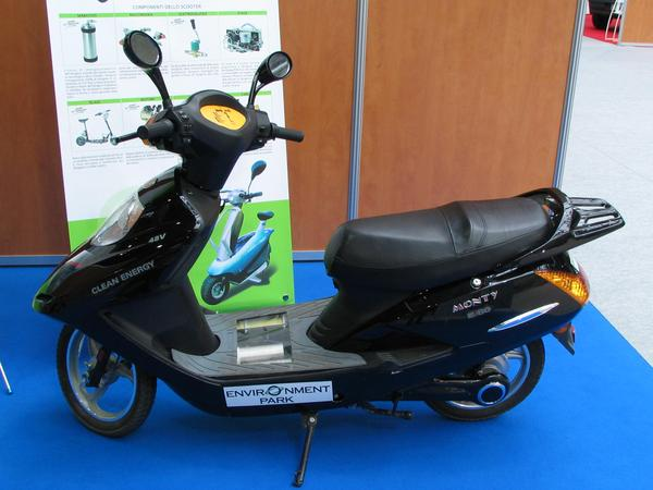 Scooter with hydrogen fuel cell Beside all electric scooters in mutually price fight and against the fossil rattel stink scooter, this hydrogen scooter looks exotic.