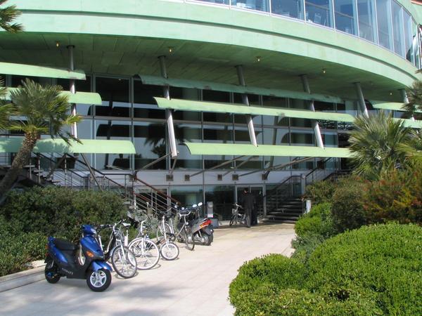 Prubas con bicis y scooters electricos Habia una zona habilitada especialmente entre la playa y el Forum Grimaldi para hacer pruebas de conduccion con las bicis y los ciclomotores electricos. Esta feria si que es practica.