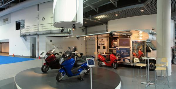 Vectrix Maxiscooter Libre de impuestos, 20 kW motor y 6.8 segundos a de 0 a 80 km/h. 3.7 kWh NiMh bateria alcanza 110 km. Todo esto hizo que el Vectrix Maxi Scooter fuera la estrella de la feria EVER Monaco.