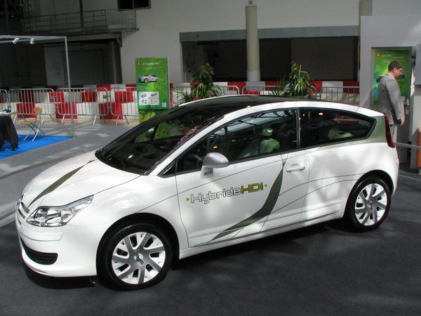 Citroen C4 HDI Diesel Hybrid After VW and Audi  had terminated the production of the 3 liter cars Lupo and A2, the next generation of 3 liter cars comes from Citroen substantially bigger realization.