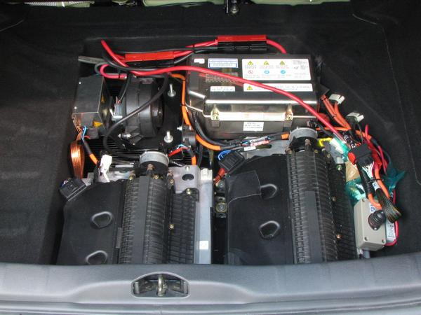 Citroen C4 under the luggage boot Where the conventional C4 has under the luggage boot the reserve wheel, are at the hybrid 2 batteries and electronics installed.