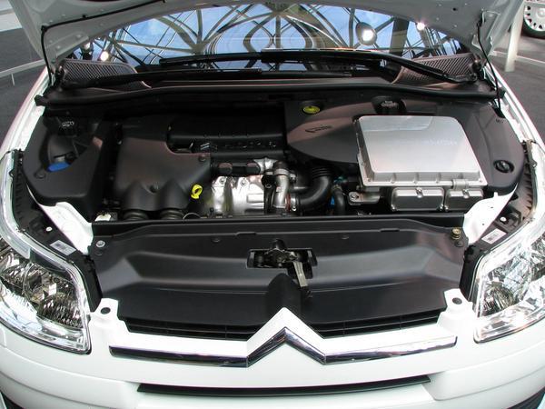 Citroen C4 Hibrido la parte del motor A primera vista, desde ariba, el motor de Toyota Prius, Lexus y Citroen C4 HDI Hibrido parecen muy similares.