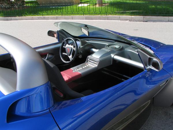 El interior del deportivo Venturi Fetish El asiento del conductor esta separado del pasajero por una bateria de litium de 100 iones. Con sus 58 KWH alcanza  de 250 a 350 km/h. Para correr a 100 km/h solo necesita gastar 16 kwh.