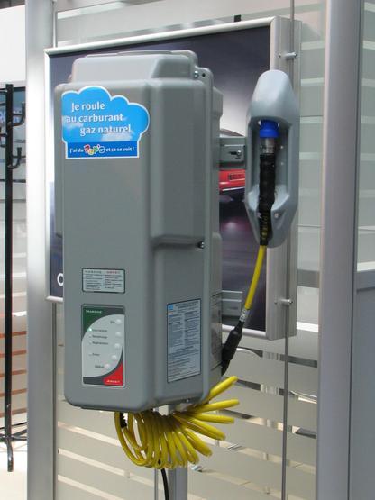 Deposito de gas en el garaje Un tal artefacto haria posible recargar el coche en el proprio garaje con el gas capaz de toda la potencia deseada.