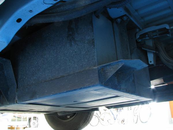 Pequeno van: El baul de las baterias detras del eje frontal. La zona debajo de los asientos frontales, normalmente esta rezevada para el motor pero en este modelo se encuentra el baul para las baterias.