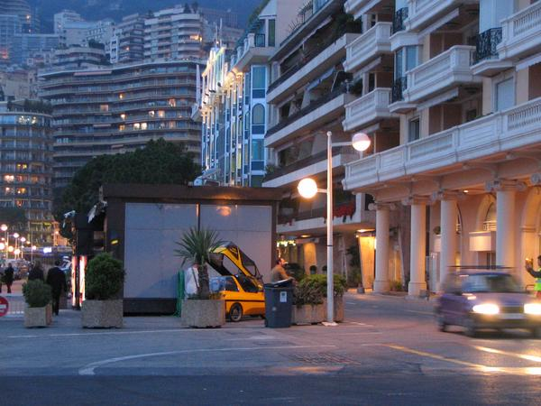 Con el CityEl por la zona para peatones Con el tema de las presentaciones de la feria, la zona para peatones durante la feria en Monaco es como se puede ver por las noches. Yo puedo confirmarlo: un coche grande no tiene posibilidades para aparcar.