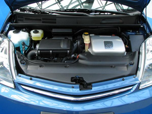 Toyota Prius engine department Engine space comparison between Citroen C4 HDI Hybrid, Toyota Prius and Toyota Lexus . Typically for all of them is the voltage converter on the right side. (Prius)