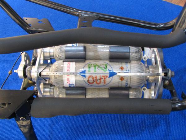 Scooter: baterii sau hidrogen Fiecare din aceste 4 butelii are un volum de 2 litri si se pot umple cu 700 bari de presiune. Cu acestea un scooter poate merge circa 30 de km pentru fiecare butelie. Reincarcarea costa 20 de euro pentru fiecare butelie.