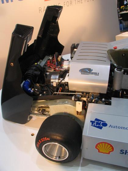 Karting cu acumulatori Acumulatorii karturilor au doar 8 kw. Butelia de hidrogen este suficienta pentru 9 minute de acceleratie maxima. Cum se accelereaza de la 0 la 100 km/h cu doar 8 kwh ??