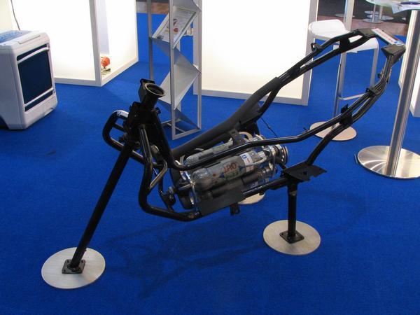 El acumulador del ciclomotor Solo se pudo ver el bastidor con la bomona de hidrogeno. Sobre esto se construiria el ciclomoor con acumuladores. Las bombonas de hidrogeno son intercambiables