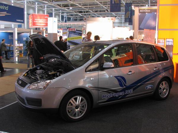 Ford C hidrogen Descrierea aceasta poate provoca confuzie. Presiunea provenita din cei 350 bar si 119 litri cotinuti in butelie sunt echivalentul a 3,75 kg de hidrogen. In oric caz, pe butelia pusa ca mostra pe standul expozitiv scrie doar 2,75 kg de hirogen