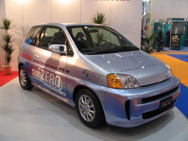 Honda FCX Hydrogen Honda se prezinta la Targul de la Hannover din 2006 cu o masina mica ce functioneaza pe baza de hidrogen si acumulatori.
