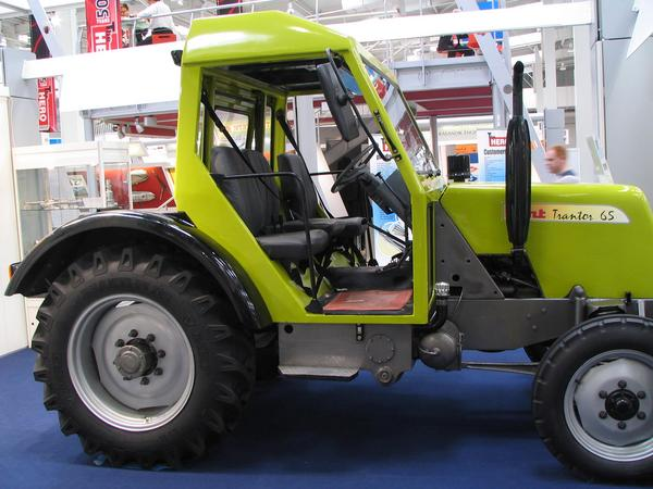 Combinacion tractor-trailer de India Este tractor HTM desarollado en India alcanza 65 Km/h. Esto lo hace muy util para cualquier paysano o agricultor que quiera transportarse sus cosechas a largas distancias en el remolque.