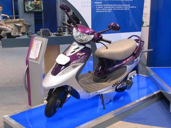 India scooter Pentru majoritatea indienilor este autovehicolul principal. Acest scooter indian TVS Scooty are racire pe aer, motor de 4 timpi, 88 cmc, 6500 rpm, si schimbator automat  de viteze.