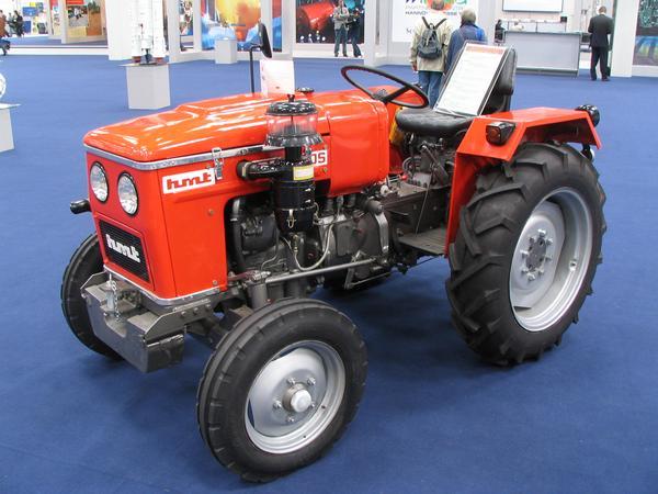 India tractor Tractor indian cu racire pe apa, 2 cilindri, 4 timpi, pe motorina, 10 viteze inainte si 2 inapoi pentru pana la 22 km/h.