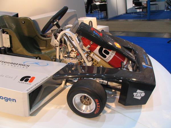 Kart con hidrogeno La bombona de hidrogeno de 5 litros tiene una presion de 200 bar. Esto significa 2.97 kwh de energa quimica o 1.25 kwh de energia electrica desde el acumulador.