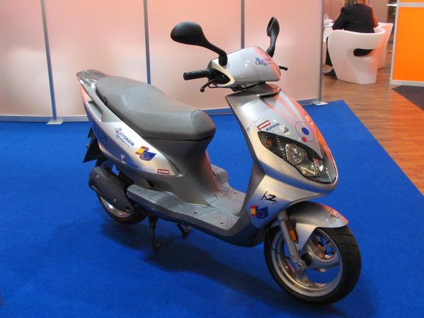 Scooter pe hidrogen Ar trebui sa apara pe piata cam in 5 ani. Prezentatorul se grabea sa prinda avionul spre Spania si  nu a avut timp sa ne mai dea si detaliile.