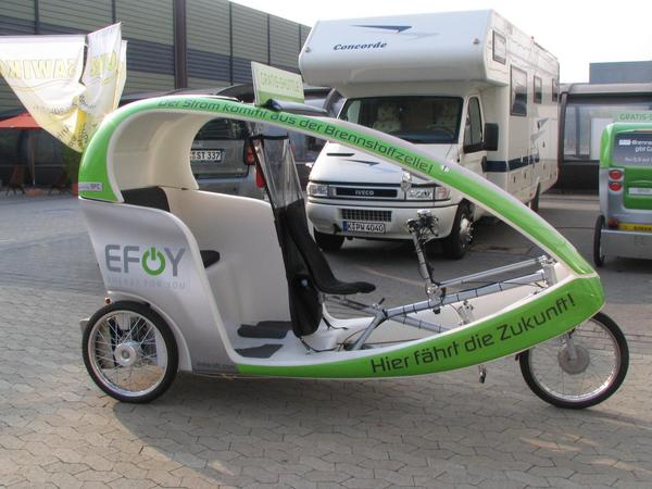 Methanol fuel cells Here drives the future, the power comes from the fuel cell is written as promotion testimony on this 3 wheel vehicle. But for what price? Alone the methnol makes 2.41 EUR per kWh