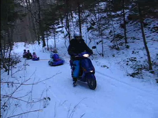 Pull 4 sledges My children told the neighbours about sledding with the electric scooter. So I had Sunday even 4 sledges on the scooter. Video (5,1MB)
