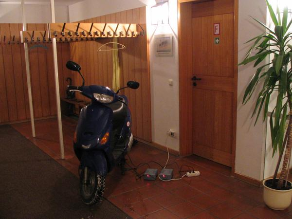 Recharge in Traunstein during the lecture While I listen to the peak oil lectrure and talk later with the people, my electric scooter is parked in wardrobe and becomes with 2220 Wh recharged for the way back.