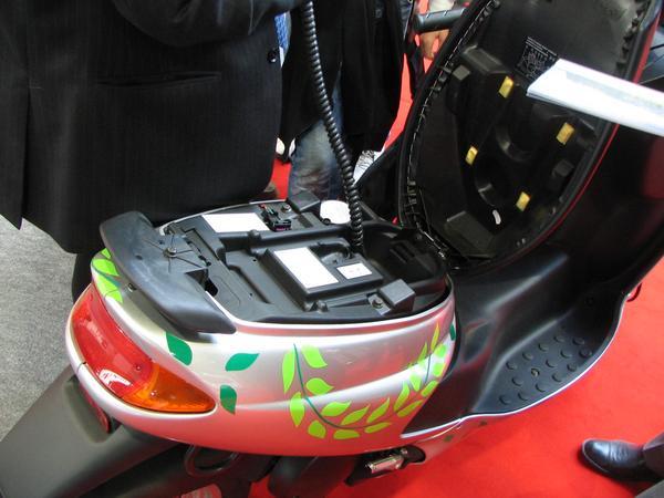 Scootelec cu incarcator incorporat. Acum nu mai avem nici un portbagaj aici, pentru ca avem un incarcator si baterii de 1400 W. Datorita unei incarcari mai rapide, Scootelec  este mai potrivit decatE-Max S.